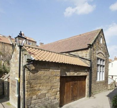 Albion Hall in Robin Hoods Bay is a holiday cottage sleeping 10 people