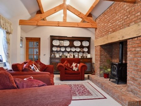 Bronawel in Maesbrook, near Oswestry, is a large holiday cottage sleeping 11 people - private hot tub