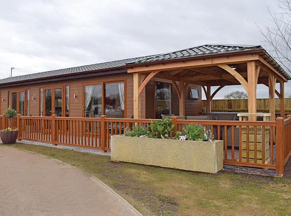 Caistor Lakes Lodges near Market Rasen, Lincolnshire - hot tub lodges sleeping 4 (Teal Lodge, Kingfisher)
