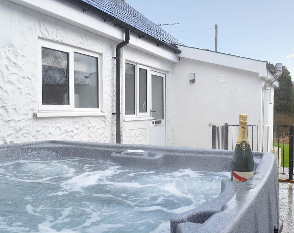 Kingfisher at Maesydderwen Holiday Cottages near Llandeilo in the Brecon Beacons National Park sleeps 10 people, with a hot tub