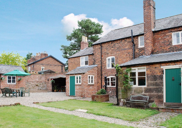 Smithy Farm in Dunham-on-the-Hill, near Frodsham in Cheshire sleeps 7 people - with  hot tub