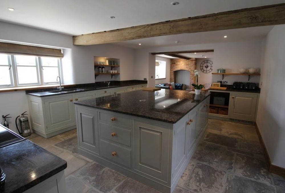 Tew farmhouse is chipping norton in the cotswolds sleeps for Kitchens chipping norton